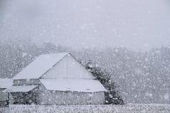 Grange dans la neige Photos libres de droits