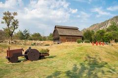 Grange de bétail en bois avec le chariot dans la ferme Images stock