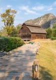 Grange de bétail et pente de chemin Image libre de droits