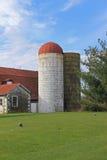 Grange de laiterie avec le silo Image stock