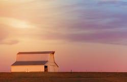 Grange de Midwest au coucher du soleil Photos stock