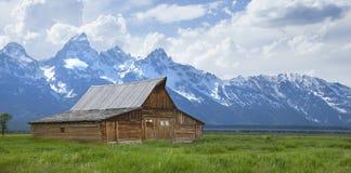 Grange de Moulton au-dessous des montagnes grandes de Teton au Wyoming Photographie stock libre de droits