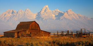 Grange de Moulton au lever de soleil, stationnement national grand de Teton Photographie stock