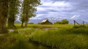 Grange de Moulton et la chaîne de montagne grande de Teton photographie stock libre de droits