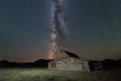 Grange de Moulton sous la galaxie de manière laiteuse photographie stock libre de droits