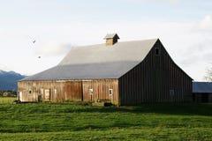 Grange de rouge de vallée de Fraser photographie stock libre de droits