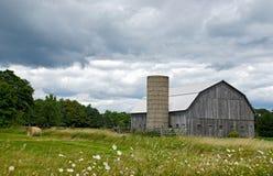 Grange du Michigan avec la balle de foin Images libres de droits
