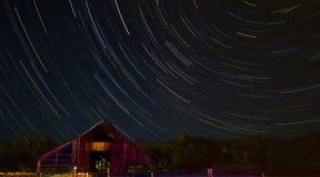 Grange en bois avec des journaux d'étoile Images stock
