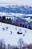 Grange en bois dans les montagnes Photos libres de droits