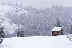 Grange en bois sur les montagnes roumaines à l'hiver avec la neige Photo libre de droits