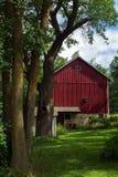 Grange et arbres de pays photographie stock