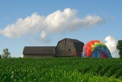 Grange et ballon à air chaud Photo stock