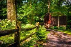 Grange et barrière le long de route de campagne dans le comté de York rural, Pennsylv image stock