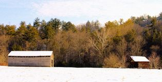 Grange et cabane dans la neige photo stock