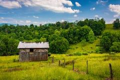 Grange et champs dans les montagnes rurales de Potomac de la Virginie Occidentale Photo stock