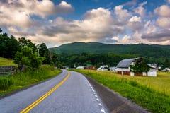 Grange et champs le long de Virginia Route occidentale 32 en Harman, Vir occidental Images libres de droits