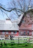 Grange et chevaux en bois rustiques Photo stock