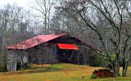 Grange et forêt agricoles Photographie stock libre de droits