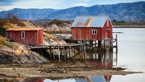 Grange et maisons en bois rouges norvégiennes côtières Photographie stock libre de droits