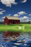 Grange et rivière image libre de droits