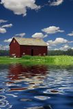 Grange et rivière images stock