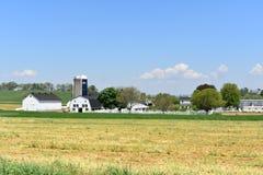 Grange et silo à une ferme dans le comté de Lancaster photographie stock libre de droits
