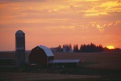 Grange et silo au coucher du soleil, Rolling Hills, IA image stock