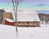 Grange historique de Fieldstone avec la neige fraîche, Etats-Unis Images libres de droits