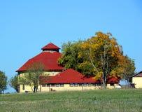 Grange ronde avec le toit de bardeau Photo stock
