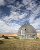 Grange ronde contre un ciel bleu. Photo libre de droits