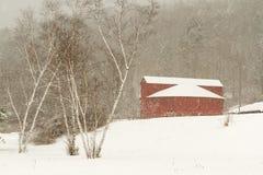 Grange ronde dans la neige Photos stock