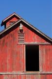 Grange rouge avec le ciel bleu images libres de droits
