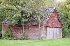 Grange rouge avec un toit bleu Photos stock