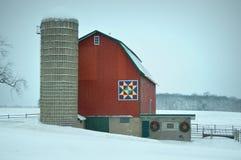 Grange rouge d'édredon en hiver Image libre de droits