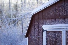Grange rouge dans la neige images libres de droits