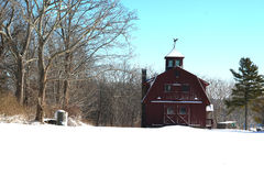 Grange rouge dans la neige Photo stock