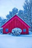 Grange rouge dans la neige d'hiver. Photos libres de droits