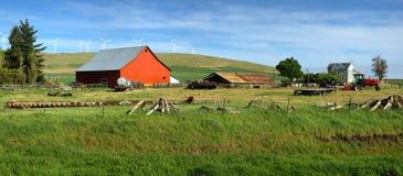 Grange rouge dans une ferme Washington oriental. Images libres de droits