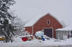 Grange rouge de Maine dans la tempête de neige d'hiver image stock