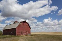 Grange rouge de vintage sur les prairies Photos stock