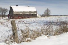 Grange rouge en hiver Photo libre de droits
