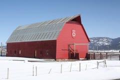 Grange rouge en hiver Photographie stock