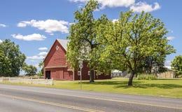 Grange rouge le long d'une route de campagne Orégon images stock