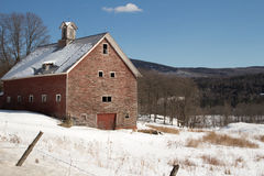 Grange rouge rustique d'hiver Image stock