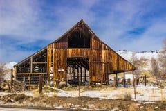 Grange rustique d'air ouvert le jour d'hiver Images stock