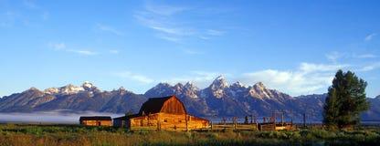 Grange rustique et montagnes de Teton panoramiques Photo stock