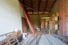 Grange sous le toit utilisé comme dépôt dans une vieille maison de campagne photographie stock