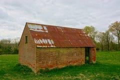 grange Toit construit par brique de bidon photos stock