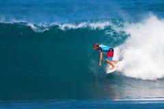 Granger Larsen que practica surf en los amos de la tubería Imagen de archivo