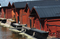 Granges en bois près de la rivière dans la vieille ville de Porvoo, Finlande Photo stock